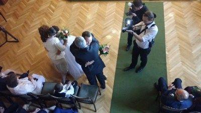 Polgári szertartás: Ölelés percek! Szülők megható köszöntése Brigi és Pisti esküvőjén