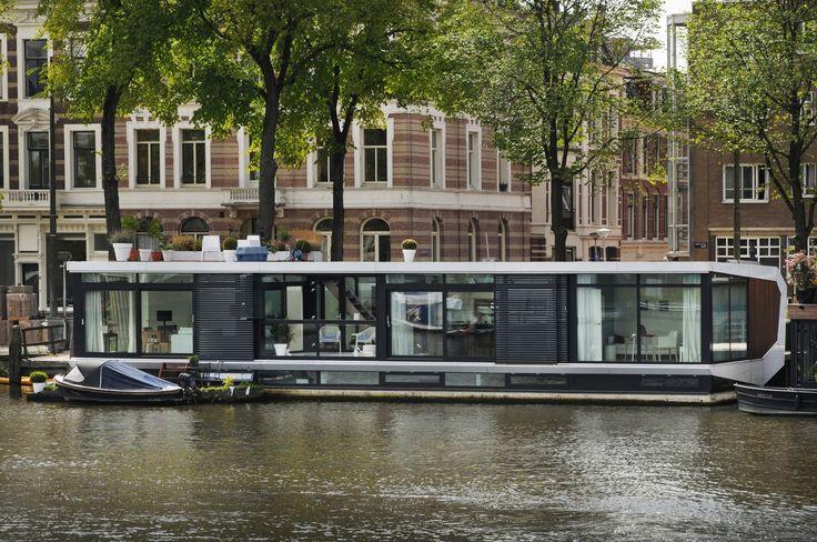 Bij deze aan de Amsteldijk gelegen woonboot, zit een volledig asymmetrische opbouw op de bak. Deze keuze is gemaakt om een maximaal woonoppervlak te creëren op een betrekkelijk kleine waterkavel | MTB Architecten - Woonark./ watervilla.