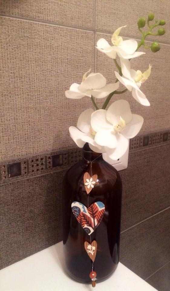 """""""Parole, Amore e Fantasia"""" - vaso bottiglia shampoo riciclo con fiori di carta."""