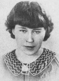 OPFER Władysława Karolewska. Insgesamt wird Władysława, die von ihren Kameradinnen im Lager liebevoll Dziunia genannt wird, sechs Zwangsoperationen unterzogen, zum ersten Mal am 14. August 1942, wobei ihr die SS-Ärzte Knochen aus dem linken Bein entfernen. Sechs Monate verbringt sie im Krankenrevier und kann erst im Februar 1944 wieder gehen, jedoch ohne dass die Wunden verheilt sind. Nach ihrer Rückkehr nach Warschau am 28. April 1945 kann sie nicht mehr in ihrem Beruf arbeiten