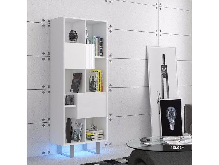 Prosta forma ustawiona na metalowych nóżkach idealnie sprawdzi się w loftowych wnętrzach. Minimalistyczny, nowoczesny regał - doskonały do uporządkowania i wyeksponowania Twoich ulubionych książek. Me ...