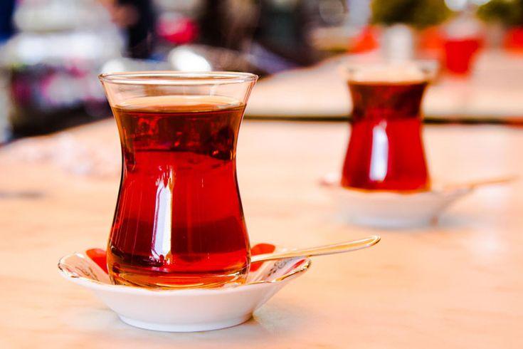 Hepimiz yapıyoruz bir şeyler ancak çay aslında çok farklı da demlenebilir. Peki, çay nasıl demlenir? Yanıtlayalım efendim.