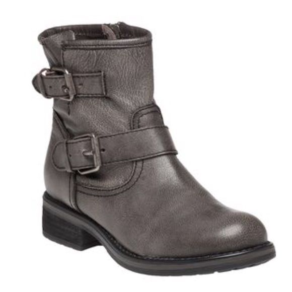 """LISTING Steve Madden Grey Leather Boot #35 Edgy and fun. Leather upper, adjustable straps, approx 6"""" shaft, inside zip entry, 1 1/4"""" stacked heel, cushioned footbed, rubber soles. Comes in box 2-29-16 Steve Madden Shoes Combat & Moto Boots"""