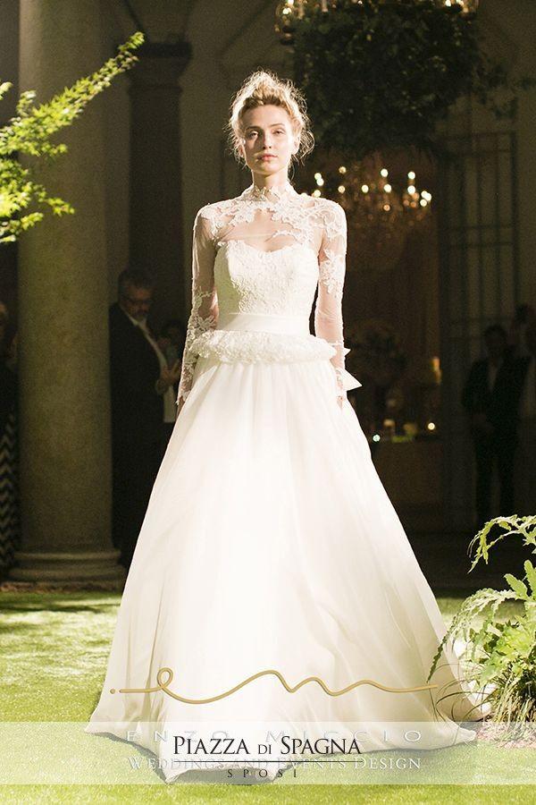Esperto conoscitore del mondo #Wedding, Enzo Miccio esalta i suoi abiti da sposa con i #BridalTrend del momento, come i modelli con maniche lunghe.
