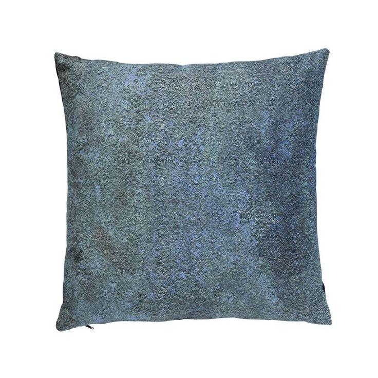 Metallic pillows serien er skabt for at kunne tilføre nogle spændene kontraster til de pæne stuer og sofaer. Motiverne er alle metaliske overflader, som er bearbejet af naturen og nu fremstår smukke, unikke og rå.