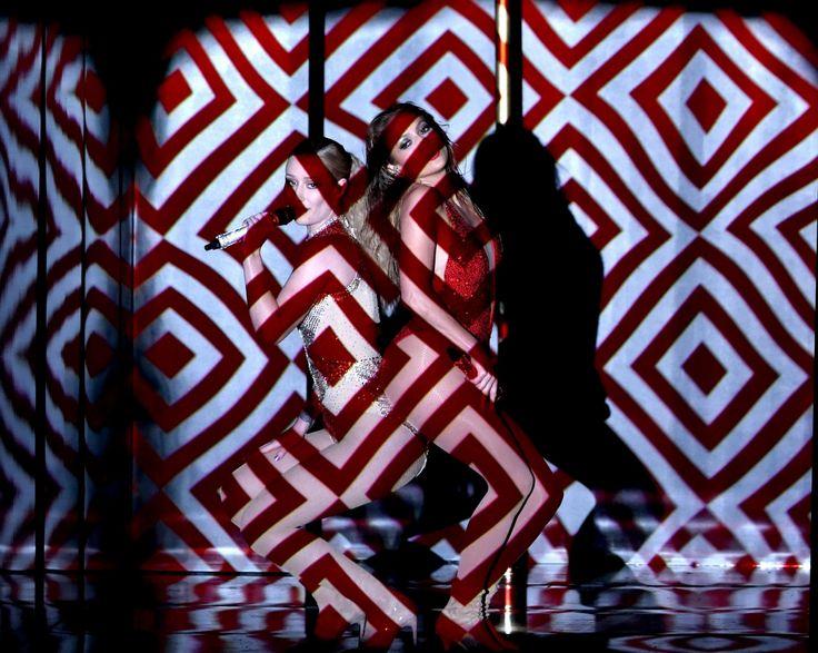 Η Τζένιφερ Λόπεζ και η Ίγκι Αζαλέα ερμηνεύουν πλάτη πλάτη ζωντανά το τραγούδι Booty στα 42α Αμερικανικά μουσικά βραβεία στο θέατρο Νόκια του Λος Άντζελες.