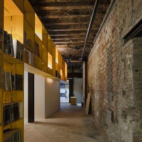 Ejemplo de recibidores y pasillos urbanos, grandes, con paredes marrones y suelo de cemento