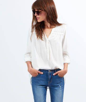 Un look bohème tendance gipsy! Les blouses adoptent des détails brodés très féminins.   - Blouse  - Col boutonné - Manches longues  - Guipure devant et dos  - Noir