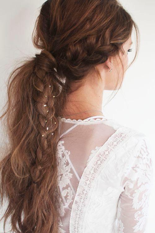 Peinado con una trenza de un lado, crear volumen en cabello y realizar una coleta y cubrir la liga con un mechón de cabello, enredar el cabello para crear el efecto de despeinada...
