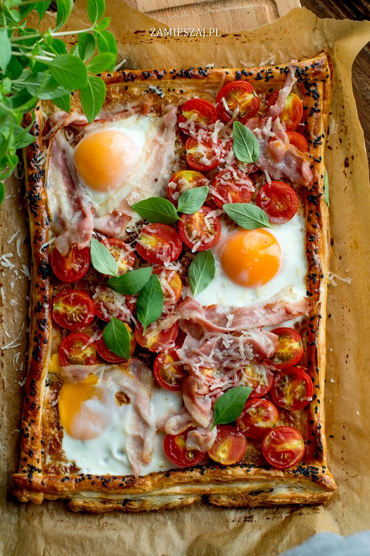 Fried eggs on puff pastry