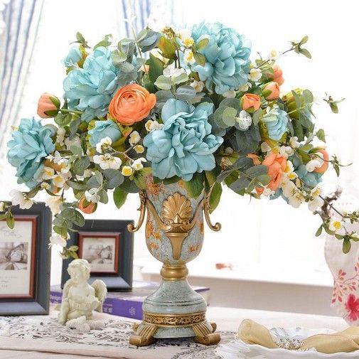 украшен вазами из искусственных цветов