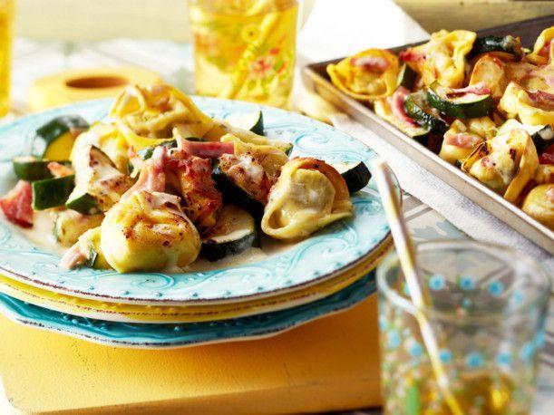 Unser beliebtes Rezept für Turbo-Tortelloni mit Zucchini vom Blech und mehr als 55.000 weitere kostenlose Rezepte auf LECKER.de.