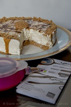 la ricetta della torta fredda allo yogurt e amaretti decorato con il caramello, perfetto dessert fine pasto.