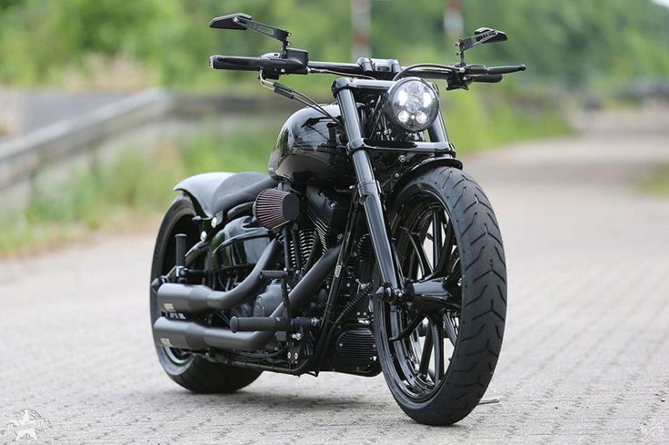 Softail Breakout auf Thunderbike black powder-coated Spoke Custom Wheels