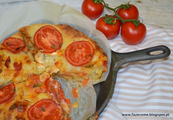 Um pão de massa húmida, suave e adocicada, contrastada pela acidez do tomate colocado na parte superior