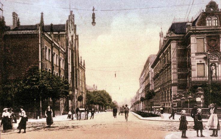 Bytom przed laty. Ulica Gimnazjalna, dzisiaj Moniuszki. Po lewej, wspominane już wielokrotnie u nas, Królewskie Gimnazjum, a po prawej kamienica wybudowana w 1885 roku przez Johanna Kowollika. Na początku XX wieku, w czasie gdy wykonano to zdjęcie jej właścicielem był Simon Macha – kupiec, kolekcjoner, miłośnik historii i założyciel Bytomskiego Towarzystwa Historycznego i Muzealnego.