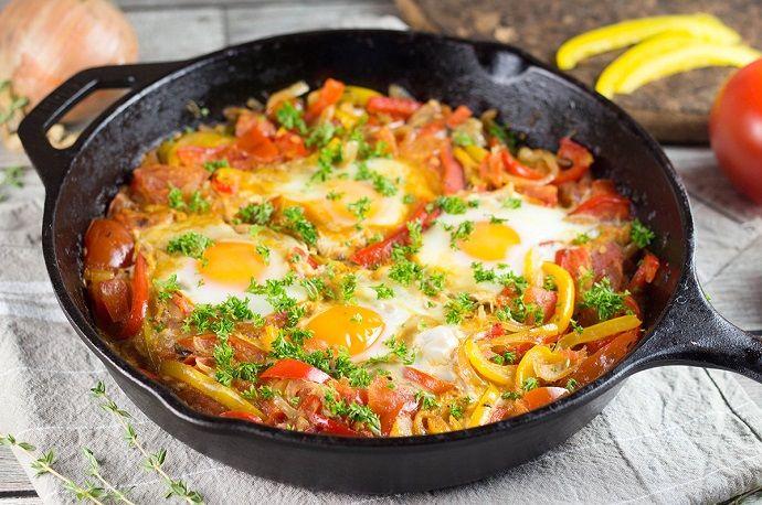 shakshuka-huevos Distintas maneras de preparar huevos alrededor del mundo http://www.cocinaland.com/distintas-maneras-de-preparar-huevos-alrededor-del-mundo/