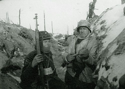 Two finnish soldiers in Taipale during the Winter War. Note the man on left has a captured AVS 36 Automatic rifle