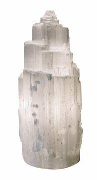 La clara y relajante luz de las lámparas de selenita hace referencia en su propio nombre al brillo de la luna, ya que Selene era la diosa griega de la luna.  La selenita tiene su origen en las rocas sedimentarias que se originan tras la evaporación de lago y mares interiores. Los cristales que se forman son muy estriados y alargados.  Al encenderse la bombilla en su interior estos cristales generan iones negativos que son muy útiles para equilibrar los campos electromagnéticos generados por…
