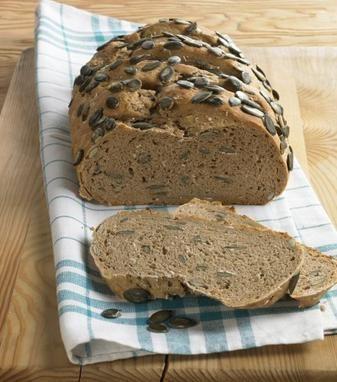 Ein knuspriges Brot mit Sauerteig und Kürbiskernen