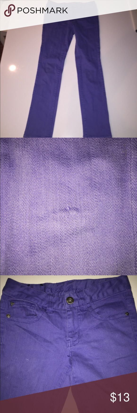 """Guess jeans kids purple skinny pants Sarah low 10 Thanks for looking at this great guess jeans for girls. They are a size 10. There is a very small hole on the knee. Waist 26"""" hips 29"""" rise 7"""" Inseam 26"""". Thanks for looking. Guess Bottoms Jeans"""