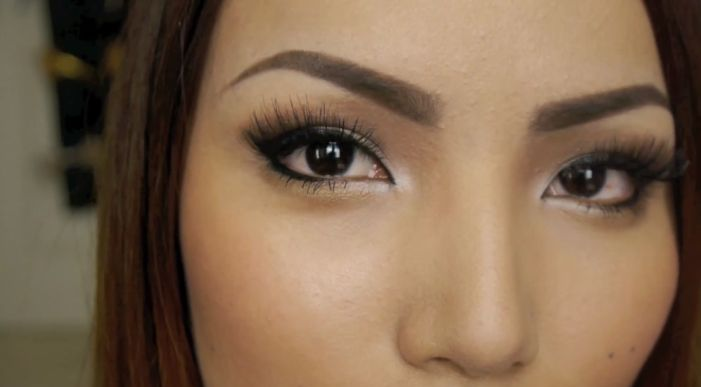 Beautiful eyebrows frame the face and accentuate makeup. Learn how to complete your makeup look with this easy to do eyebrow tuto...