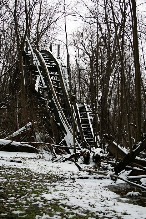 An abandoned amusement park in Chippewa Lake, OH. I love love love this photo, i wanna check this place out, why are you so far away from me :/