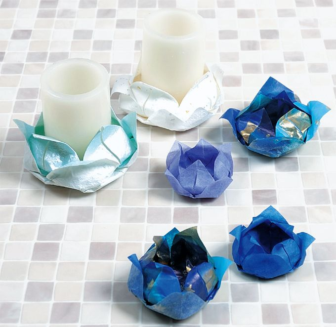 蓮の花として伝わる折り紙です。 LEDキャンドルの受け皿として使うと、 ロマンティックな演出ができる事でしょう。