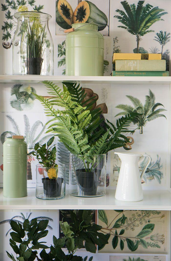 Heb je geen ruimte voor grote planten in je kamer? Geen probleem! Aan een aantal bladeren heb je al genoeg om je ruimte tot leven te weken. Stop de bladeren in verschillende glazen flesjes. Op deze manier oogt het speelser en ruimer.   IKEA IKEAnl IKEAnederland HowTo HowToStyle DIY Planten Nepplanten Fake Nep Groen Natuurlijk Natuurlijk Organisch Duurzaam UrbanJungle Jungle