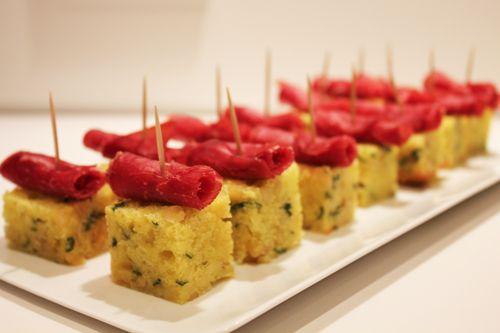 Moelleux aux pignons de pin, basilic et bresaola