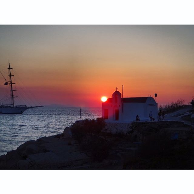 Check out my review for the Greek Islands (Cyclades) up on my blog! #turquoiseblogmtl #travelblog #traveladdict #greecetravel #travelgreece #greekislands #cyclades #santorini #mykonos