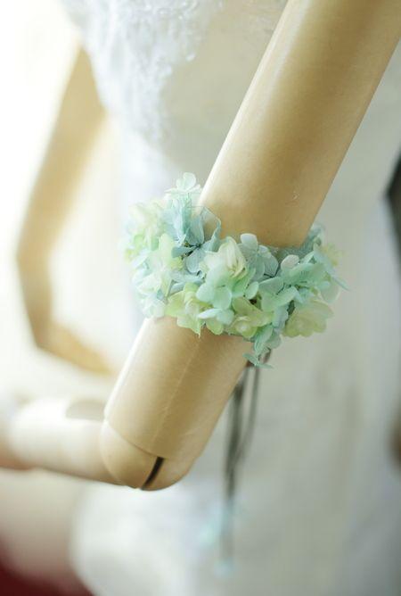 昨日のリストレットに対して二の腕につける花飾りはアームレットと呼んでいます。プリザーブドで。ブーケは生花で、アクセサリがプリザーブドというのもよくあります...
