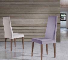 Silla de comedor de diseño con respaldo alto, tapizada y patas en madera de haya.