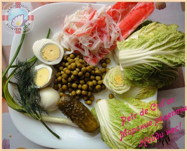 Крабовый салат с соленым огурцом и крабовым мясом, пекинской капустой, яйцами, горошком и зеленым луком
