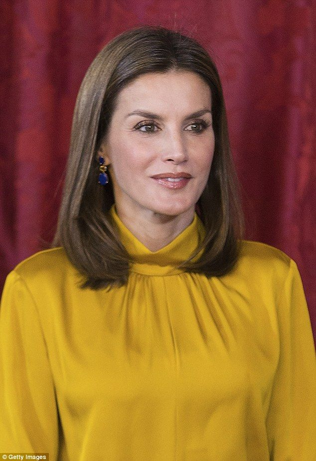 Queen Letizia looked flawless and youthful as she joined her husband at the palace on Monday Nov 20 2017. Spain hard color to wear, yellow gold