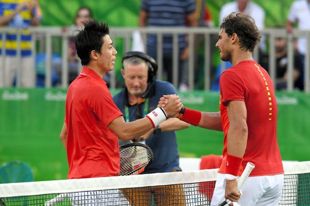 男子シングルス3位決定戦で勝利し、ナダル(右)と握手する錦織圭=竹花徹朗撮影