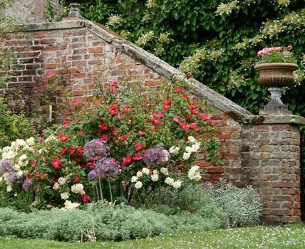 Ob Naturstein, Findling oder Ziegel: so werden Mauern und Treppen zum Gestaltungselement im Garten.