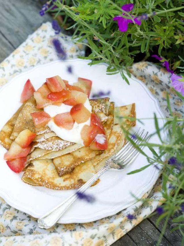 Riktigt bra frukost- eller brunchpannkakor med mycket fibrer från dinkel och havre. En riktig pannkaksfavorit med god äppelkompott och mycket kardemumma!