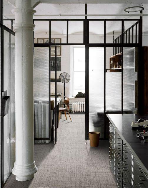 Somos muy fans de este tipo de estructuras metálicas utilizadas en el estilo #industrial para separar distintos espacios dan a las #casas un aspecto #retro que luce mucho.