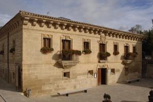Palacio de Samaniego Hotel & Restaurante es, además de alojamiento, buena gastronomía. Ubicado en el pueblo de Samaniego, villa medieval enclavada en pleno corazón de Rioja Alavesa, el establecimiento es un palacete de imponente fachada del siglo XVII reconvertido en hotel.