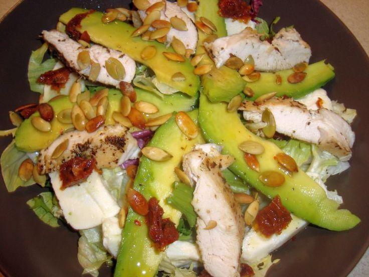 Zgodnie z wczorajszą obietnicą przedstawiam Wam kolejną sałatkę. Połączenie warzyw, sera i kurczaka sprawia, że jest ona zdrowa i sycąca...