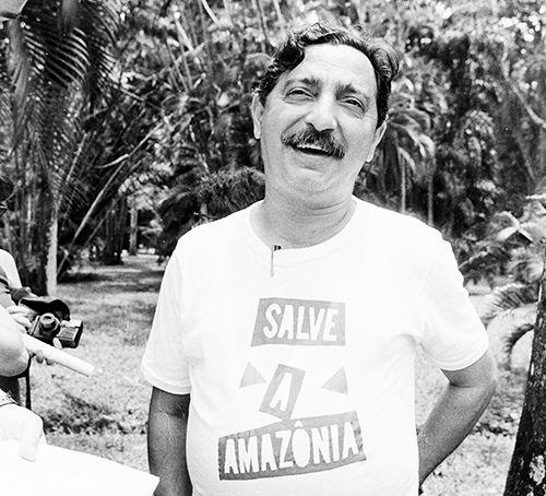 Chico Mendes em 1980  Participou da fundação do Partidos dos Trabalhadores (PT), tornando-se dirigente do partido no estado do Acre.