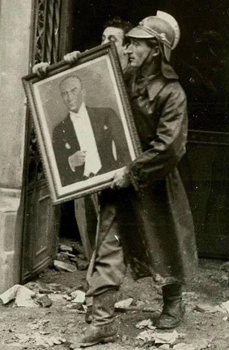 Bir yangın sırasında itfaiye erinin Atatürk çerçeveli resmini yanmaktan kurtarırken çekilmiş bir fotoğrafı yıl 1956..