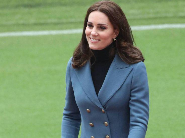 Herzogin Kate ist diese Woche überraschend ein zweites Mal in der Öffentlichkeit aufgetaucht. Dabei trug sie eine Jacke, die nun ausverkauft ist. Herzogin Kate (35) scheint es während ihrer dritten Schwangerschaft immer besser zu gehen. Am Mittwoch begleitete sie überraschend Ehemann Prinz...
