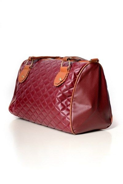 Pakowna torba o prostokątnym kroju Wykonana została z materiałów skóropodobnych delikatnie pikowanych. Zapinana jest na zamek błyskawiczny. Posiada tekstylną podszewkę wzbogaconą o małą kieszonkę oraz regulowany pasek. Została wykonana w uniwersalnym ale eleganckim stylu.W zależności od koloru torby różnią się rodzajem pikowania.