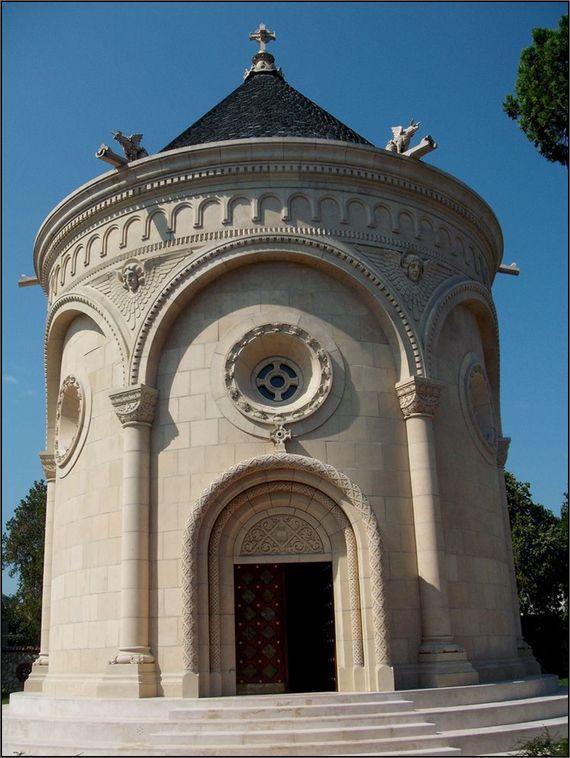 """Zsolnay's Mausoleum. Pécs világhíres """"fazekasa"""", Zsolnay Vilmos elhunyt 1913-ban. A sírhelyéül szolgáló Zsolnay Mauzóleumot családja emelte..."""