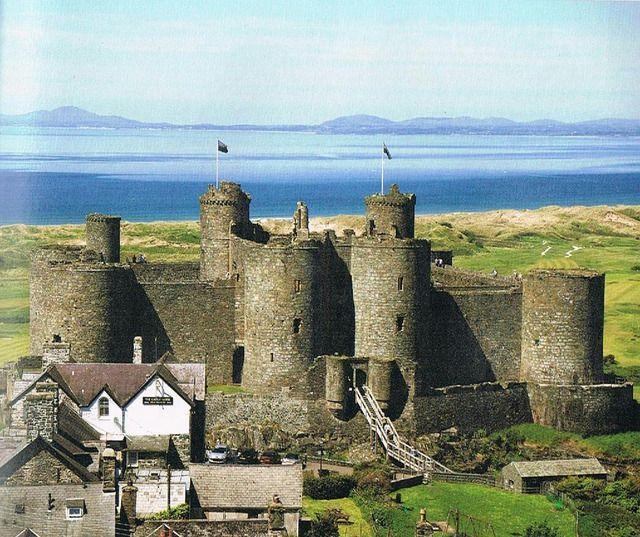 """ハーレフ城 ウェールズ北西部の都市ハーレフ(ハーレック)にある城。 13世紀にイングランド王エドワード1世がウェールズ遠征の拠点として建設し、1461年から1468年には、ウェールズの反乱拠点となった。 エドワード1世はトランプのキングのモデルとなった人物で、隣国との争いに明け暮れる生涯を送ったが、結婚生活は至って平和なものであった。 頑固な野心家で、武勇に優れ、計略と搾取が巧みだった彼は賢王と賛えられ、イングランド史上屈指の名君とされている。 誰もが想像する""""キング""""という人物像と""""要塞""""のイメージは、主にこの城からきているといえる。"""