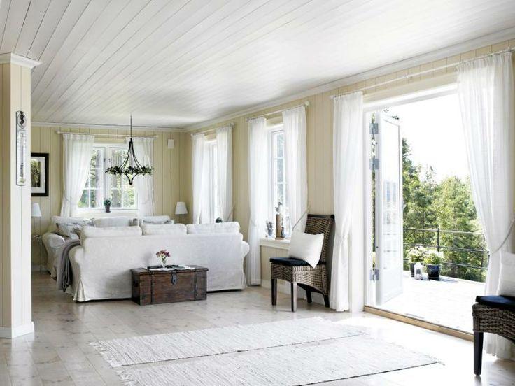 LYST OG LUFTIG: I hele denne hyttas lengde er allrommet, som inneholder stue, spisestue og kjøkken. Lys Toscana på veggene, hvitt tak.