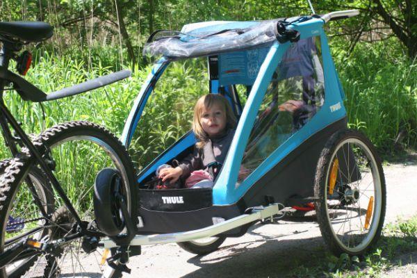 Przyczepka rowerowa Thule Coaster to przyczepka 2w1, którą łatwo przekształcić w wózek spacerowy. Wystarczy tylko zmienić pozycję małego kółka zamocowanego na dyszlu. #przyczepkarowerowa; #thule