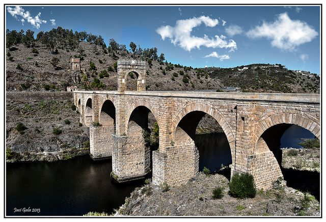 2 .1-  Un imponente puente romano sobre el Tajo en uso durante casi 2.000 años.   Es una maravillosa obra de ingeniería romana que ya cuenta casi 19 siglos en pie. Se conoce como puente de Alcántara y destaca por sus dimensiones: tiene más de 200 metros de longitud apoyado sobre cinco pilares con arcos de hasta 48 metros de altura.